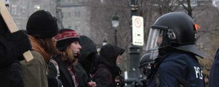 Manif anti-budget: La foule tente de percer l'encerclement