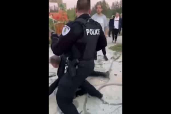 La police tire sur les messagers